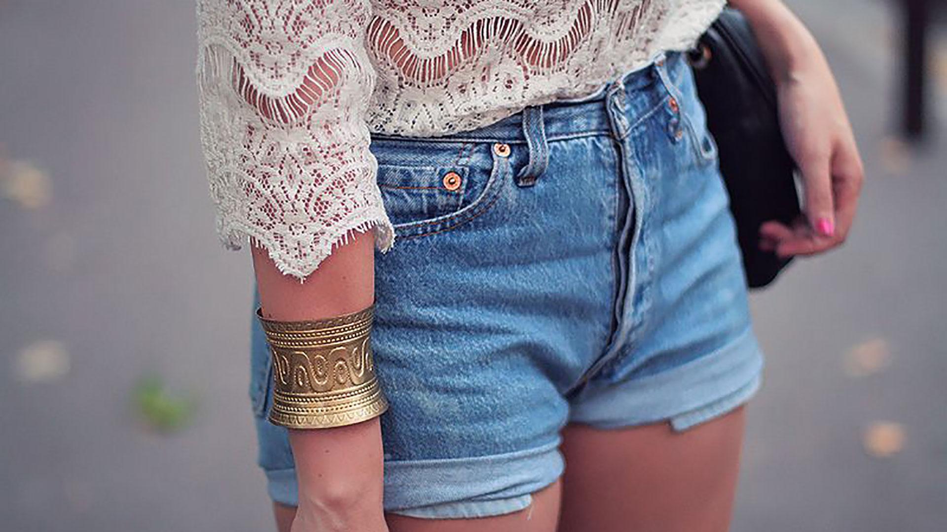 oufit con pantaloncini di jeans