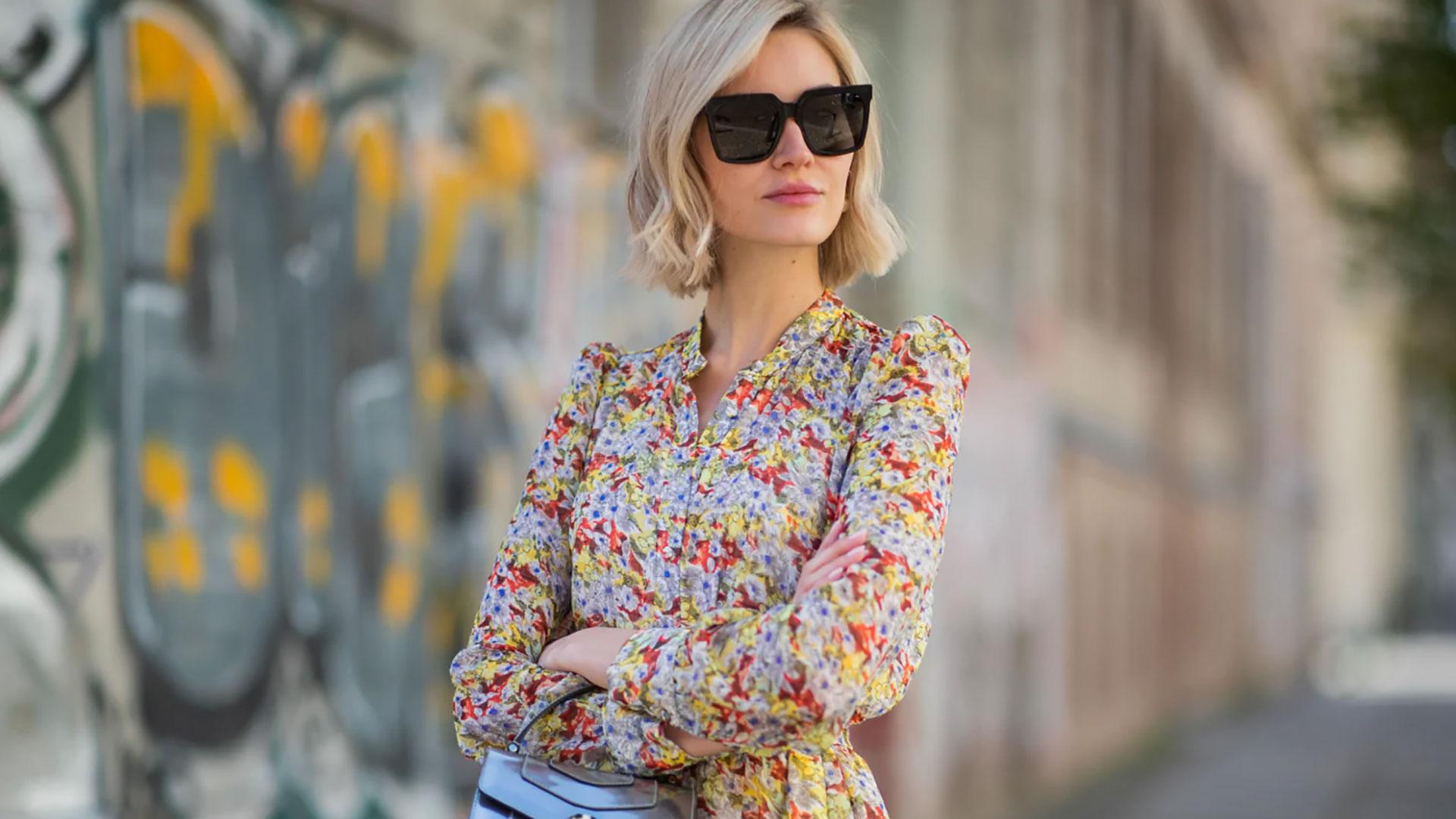 Vestiti a fiori con accessori