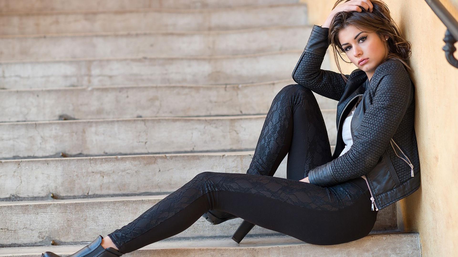 Cerchi un outfit con leggings neri? Ecco i look più comodi e trendy