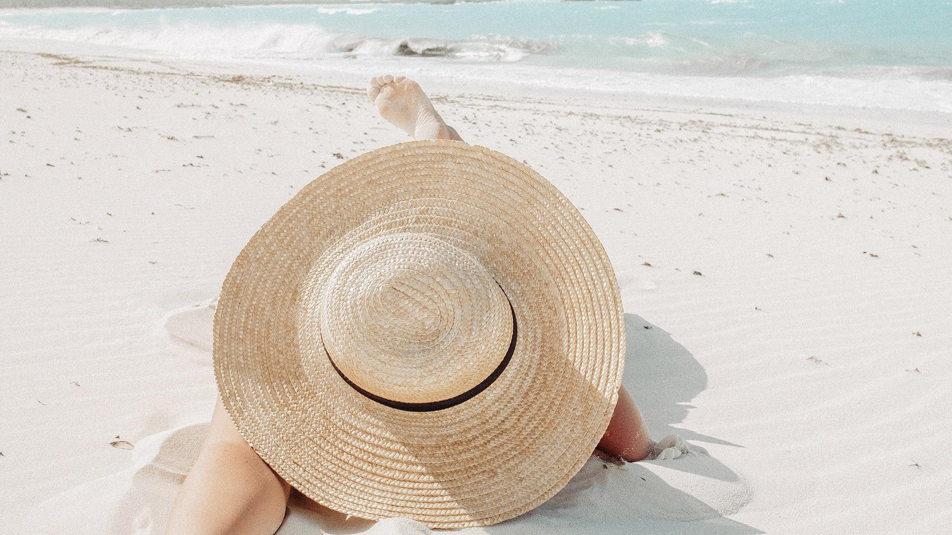 Cappelli di paglia da spiaggia: pratici e stilosi sotto al sole e sulla sabbia