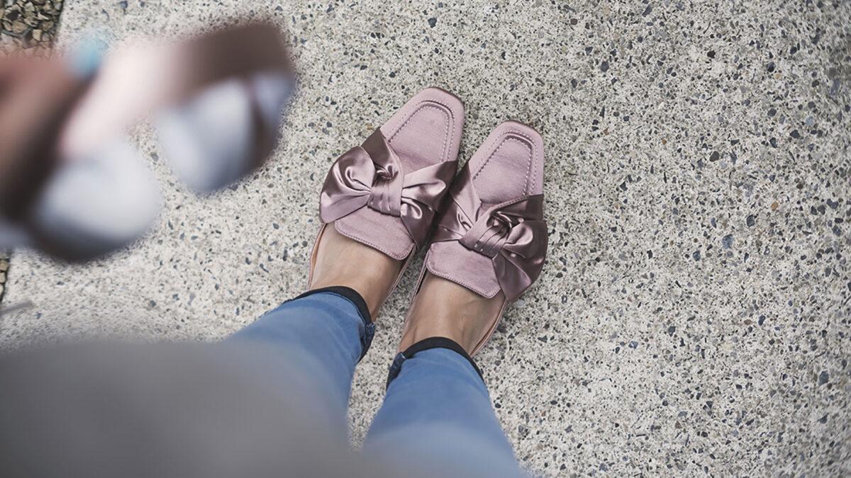 Sabot mania: i migliori outfit con la scarpa che sta bene con tutto