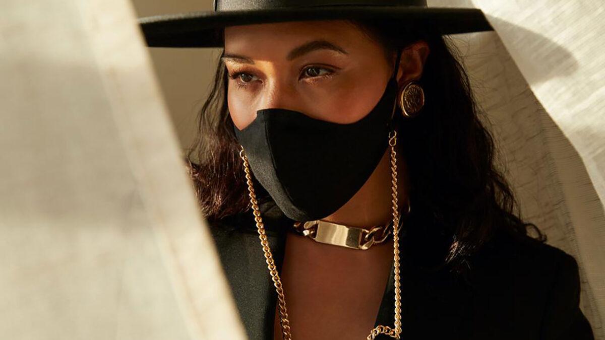 Usi una catenella per la mascherina? Scopri come abbinarla al tuo look