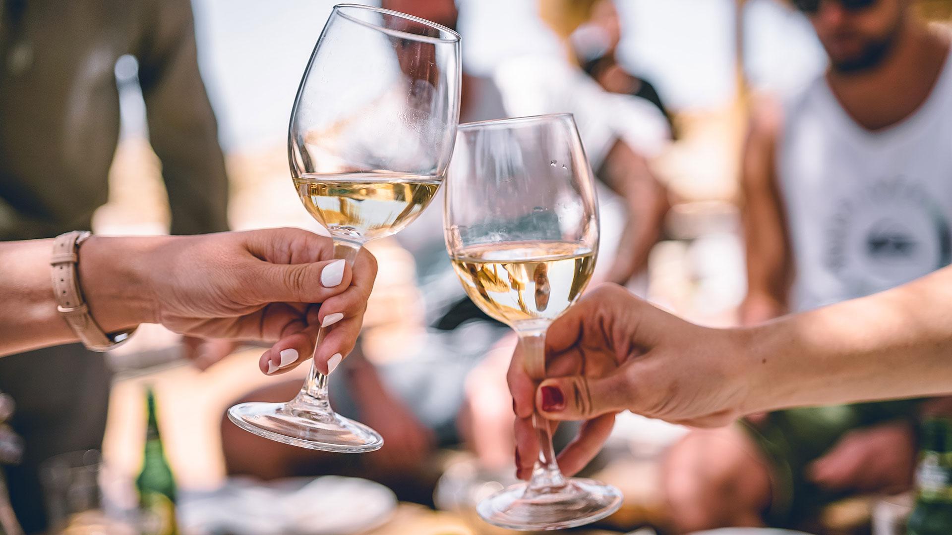 Hai mai assaggiato un vino alcol free? Scopri la moda del momento